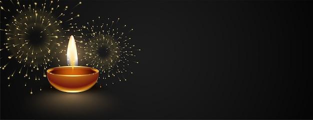 Felice banner scuro di diwali con diya e fuochi d'artificio Vettore gratuito
