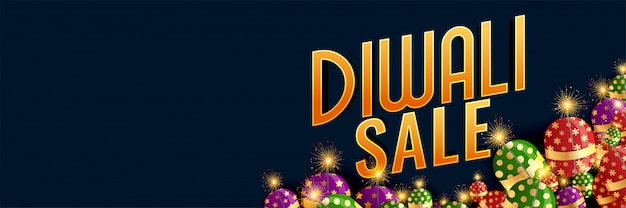 Happy diwali sale banner with burning crackers Free Vector