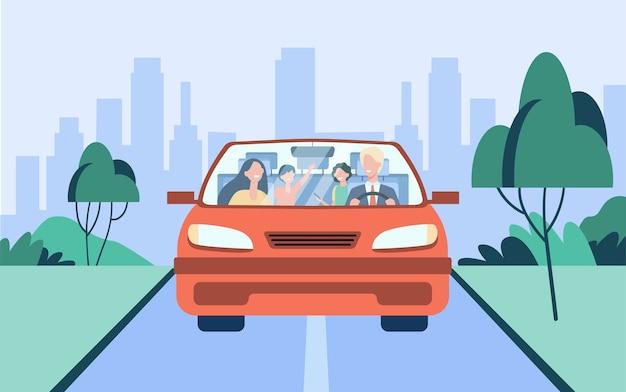 Счастливая семейная пара и двое детей, едущих в машине. отец за рулем автомобиля. передний план. векторная иллюстрация для путешествий, автопутешествий, транспортной концепции Бесплатные векторы