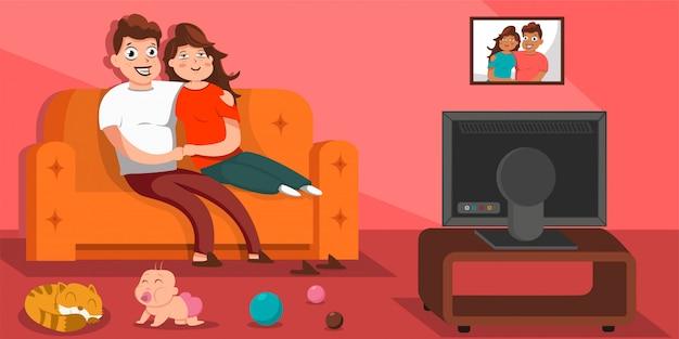 リビングルームのソファーに座って、テレビを見て幸せな家族。ソファの上の男、女、赤ちゃんのキャラクターの漫画フラットイラスト。 Premiumベクター