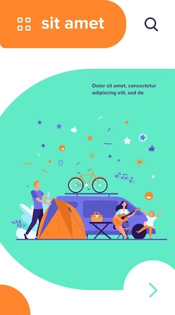 Felice gruppo di turisti in campeggio sulla natura piatta illustrazione vettoriale isolato. amici del fumetto con bambini seduti vicino a falò e rimorchio Vettore gratuito