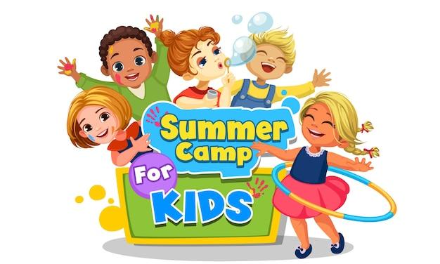 サマーキャンプボードの美しいイラストの周りで遊んで幸せな子供たち Premiumベクター