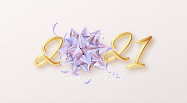 С новым годом реалистичные золотые буквы с подарком золотой голографический радужный бант и золотая мишура на белом фоне. Premium векторы