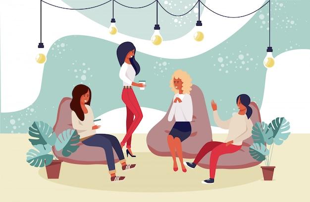 Счастливые улыбающиеся женщины друзья, коллеги, отдыхающие Premium векторы