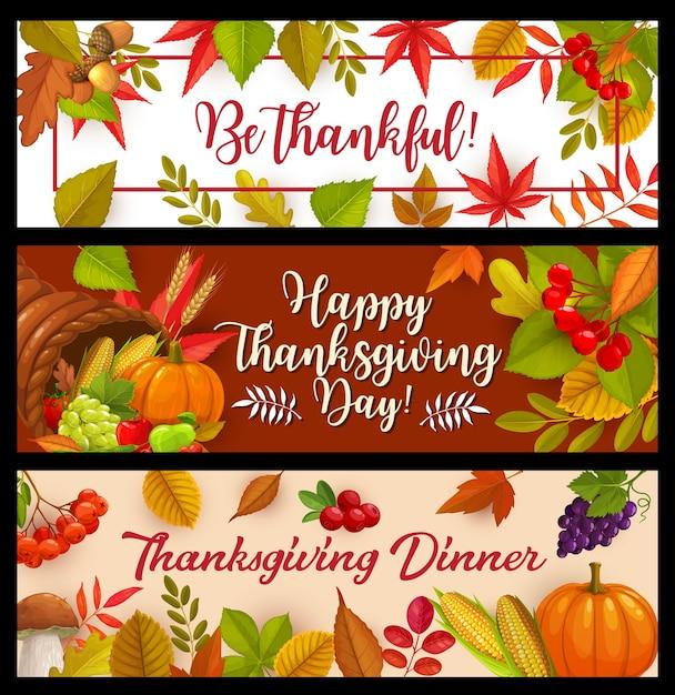 행복 한 추수 감사절 배너, 가을 수확 호박, 옥수수와 포도와 버섯, 떨어지는 잎 단풍 나무, 오크 또는 포플러와 자작 나무 나무와 풍요의 뿔. 감사 인사 프리미엄 벡터