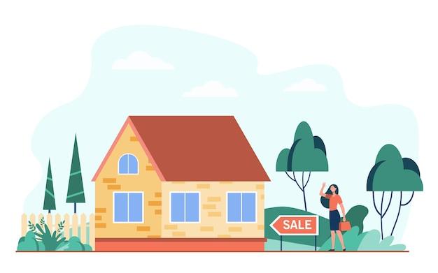Donna felice in piedi vicino a casa in vendita piatta illustrazione vettoriale. agente immobiliare del fumetto o venditore domestico che presenta cottage. mutuo e concetto di costruzione Vettore gratuito