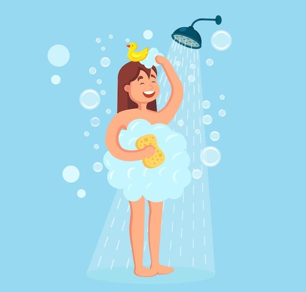 Счастливая женщина принимает душ с резиновой уткой в ванной комнате. вымыть голову, волосы, тело, кожу шампунем, мылом, губкой. Premium векторы