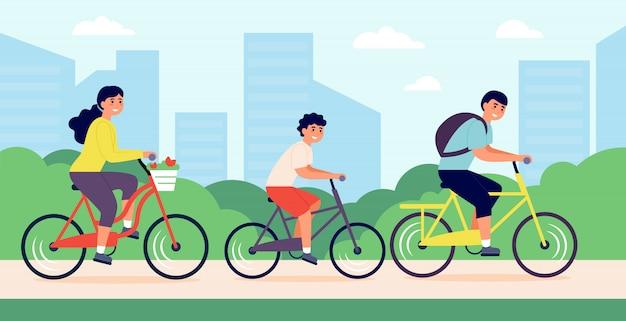 都市公園で自転車に乗って幸せな若い家族 無料ベクター