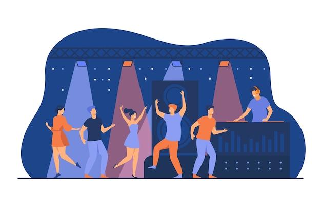 Счастливые молодые люди, танцующие в клубе, изолировали плоскую векторную иллюстрацию. герои мультфильмов наслаждаются танцем на ночной дискотеке. представление ди-джеев и концепция развлечения Бесплатные векторы