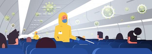 Специалисты по очистке и дезинфекции костюмов hazmat с самолетом для пассажиров. эпидемический вирус. ушанский коронавирус. пандемия. концепция риска для здоровья. интерьер горизонтальный. Premium векторы