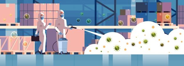 Специалисты по костюмам hazmat для очистки и дезинфекции клеток коронавируса концепция эпидемии склад интерьер ухань пандемия риск для здоровья полная длина горизонтальный Premium векторы