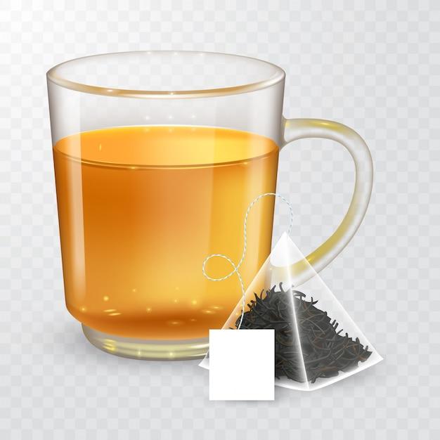 Высокая подробные иллюстрации прозрачной чашки с черным или зеленым чаем на прозрачном фоне. пирамидальный чайный пакетик с этикеткой. Premium векторы