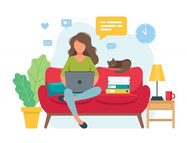 ホームオフィスコンセプト、ソファ、学生またはフリーランサーに座って家から働く女性 Premiumベクター