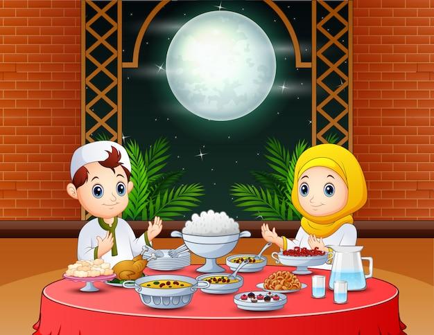 Iftarを準備するイスラム教徒の人々との幸せなイードの招待状 Premiumベクター