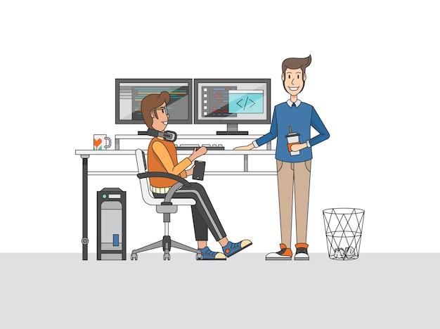 Иллюстрация программистов на столе Бесплатные векторы