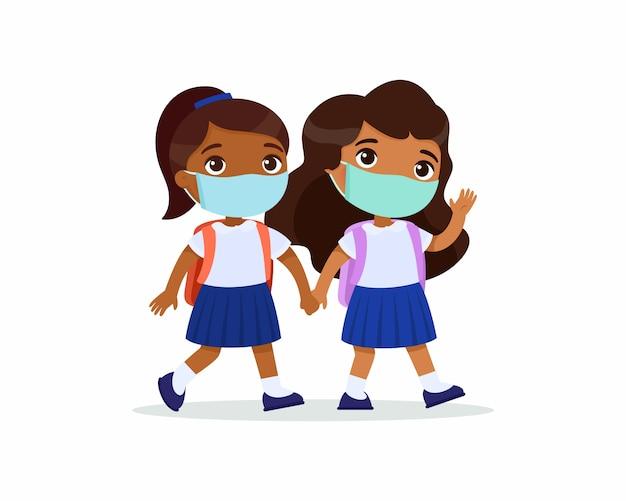 インドの女子学生が学校に行きます。分離された漫画のキャラクターの手を繋いでいる彼らの顔に医療マスクを持つ生徒をカップルします。 無料ベクター