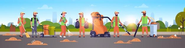 Команда уборщиков собирает мусорщики с помощью пылесоса Premium векторы