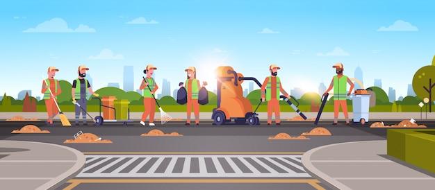 Команда уборщиков собирает мусор на дорожных уборщиках с помощью пылесоса Premium векторы