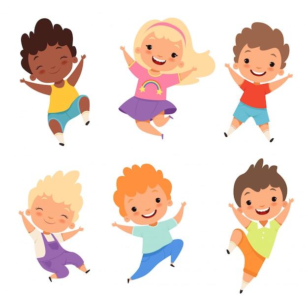Прыгающие дети, счастливые школьники улыбаются, смеются мальчики и девочки, играющие героев мультфильмов. Premium векторы