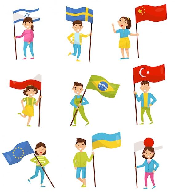 Дети держат национальные флаги разных стран, элементы ко дню независимости, день флага, иллюстрации на белом фоне Premium векторы
