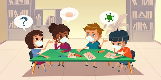 Bambini in maschera a scuola o all'asilo durante l'epidemia di coronavirus. bambini multirazziali seduti intorno alla tavola di pittura e chiacchierando nella sala biblioteca con librerie, illustrazione del fumetto Vettore gratuito