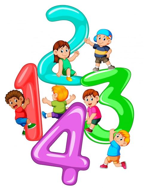 1番から4番の大きな番号で遊ぶ子供たち Premiumベクター