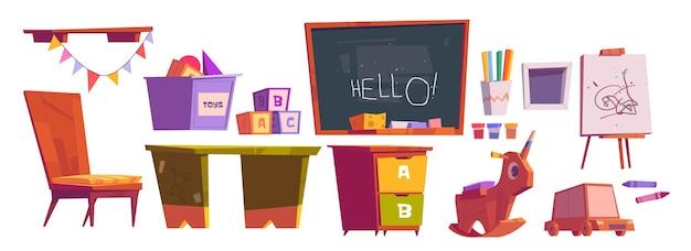 Sala giochi per bambini o mobili scolastici e attrezzature lavagna, scrivania e sedia, cubetti, giocattoli Vettore gratuito