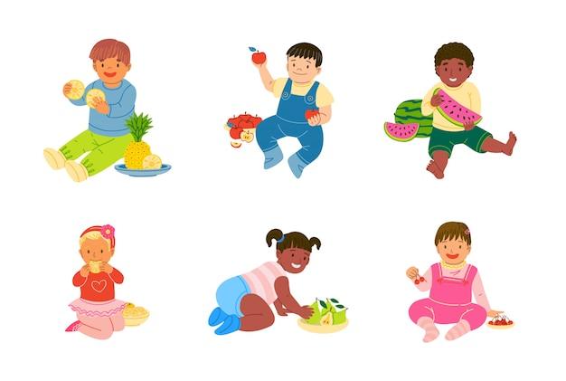 Детский малыш ест и играет фрукты векторная иллюстрация набор Premium векторы