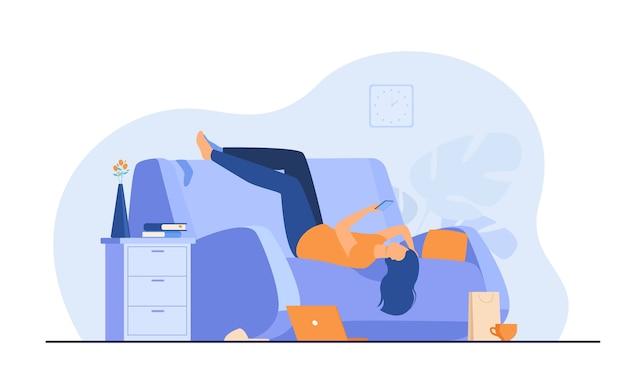 Ленивая подавленная женщина отдыхает на диване со смартфоном после беспорядка дома. Бесплатные векторы