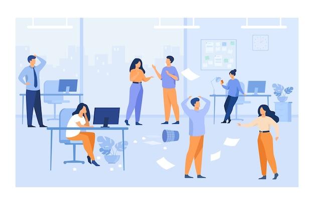 怠惰な従業員がオフィスの職場で混乱と混乱を引き起こしています。組織化されていないマネージャーが、机の上のコンピューターを使って、空飛ぶ紙の中でチャットします。混沌とした仕事のために、チームワーク問題の概念 無料ベクター