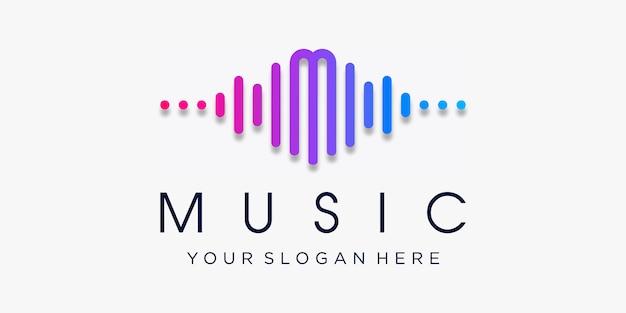 펄스가있는 문자 M. 음악 플레이어 요소. 로고 템플릿 전자 음악, 이퀄라이저, 상점, Dj, 나이트 클럽, 디스코. 오디오 웨이브 로고 개념, 멀티미디어 기술 테마, 추상 모양. 프리미엄 벡터