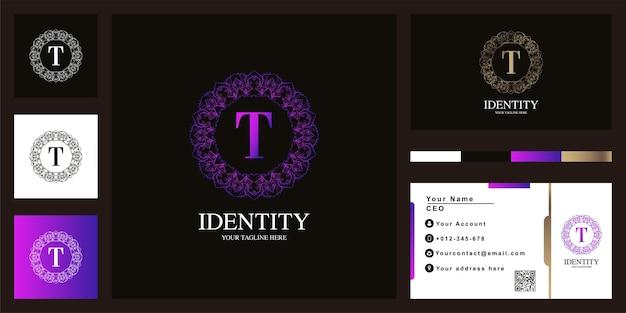 Буква t роскошный орнамент цветочная рамка шаблон логотипа с визитной карточкой. Premium векторы