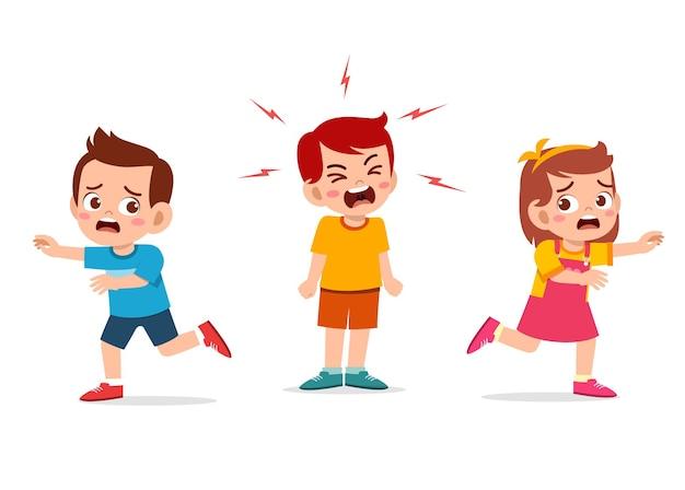 Маленький мальчик плачет и кричит так громко и заставляет своего друга бежать Premium векторы