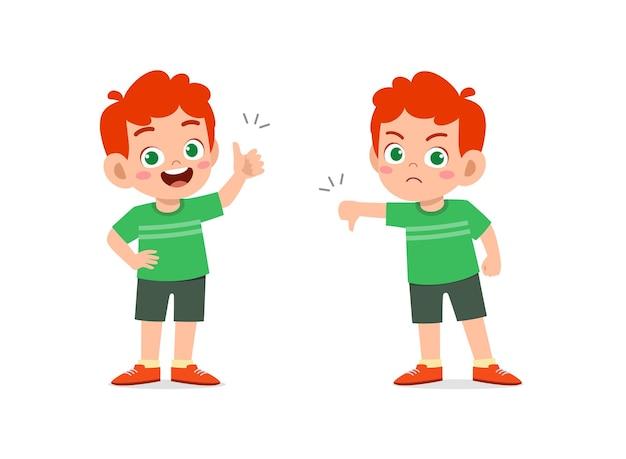 小さな男の子は手のジェスチャーを親指を上に、親指を下に見せます Premiumベクター