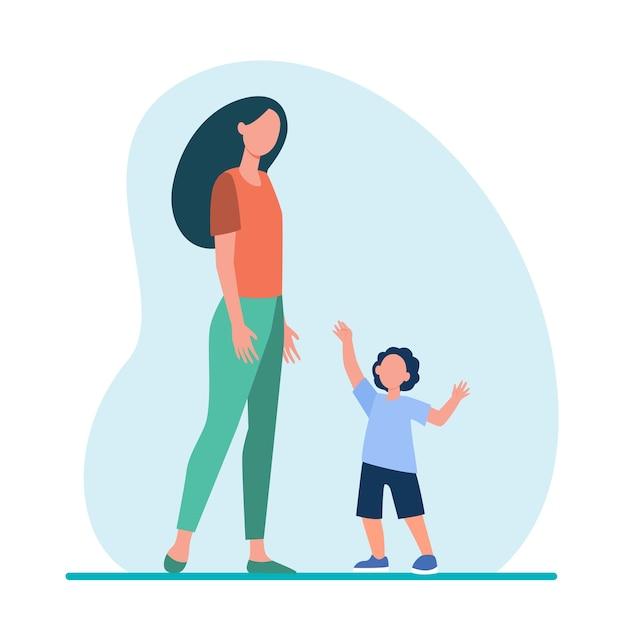 Маленький сын тянется за руки к своей маме. женщина и ребенок гуляют вместе плоской иллюстрации. Бесплатные векторы