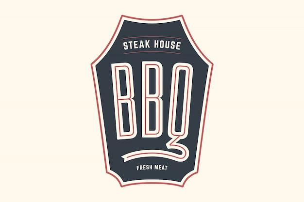 Шаблон логотипа мясного ресторана барбекю гриль с символами гриль, текстовый барбекю, стейк-хаус, свежее мясо. графический шаблон бренда для мясного бизнеса или - меню, плакат, баннер, этикетка. иллюстрация Premium векторы