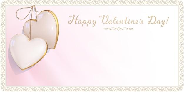 Роскошный дизайн пригласительного билета на день святого валентина, помолвку и свадьбу. розово-белый пустой конверт украшен двумя сердечками цвета слоновой кости и ретро-каймой. 3d реалистичный кулон с драгоценным камнем. Premium векторы