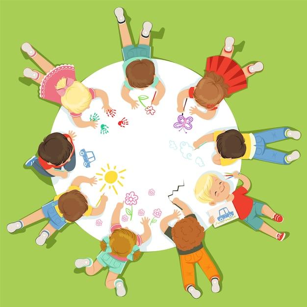 큰 둥근 종이에 그림 어린 아이들을 거짓말. 자세한 다채로운 일러스트 만화 프리미엄 벡터