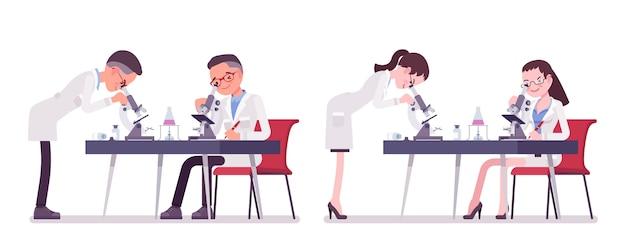 Мужской и женский ученый с микроскопом. эксперт физической или натуральной лаборатории в белом халате при исследовании. наука и технология. иллюстрации шаржа стиля, белый фон Premium векторы