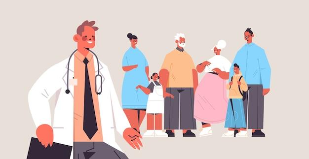 多世代家族医療相談ヘルスケアサービスに相談する男性医師 Premiumベクター