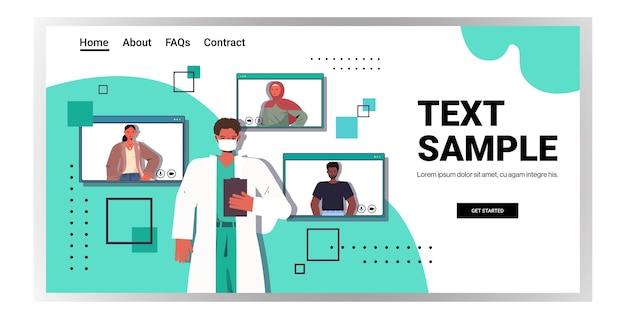 Врач-мужчина обсуждает с пациентами смешанной расы во время видеозвонка онлайн Premium векторы