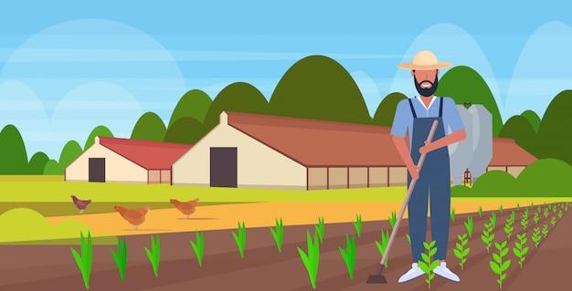 Мужчина садовник с помощью мотыги Premium векторы