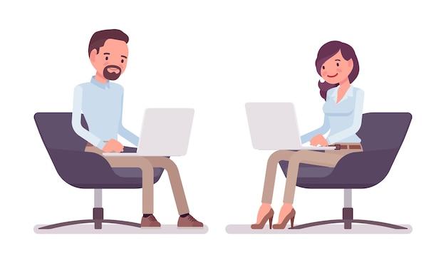 男と女のラップトップで座っています。 Premiumベクター