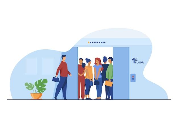 Uomo che entra nella cabina dell'ascensore sovraffollata. corridoio della costruzione, illustrazione piana di vettore delle porte aperte. folla, persone in luogo pubblico, concetto di distanza sociale Vettore gratuito