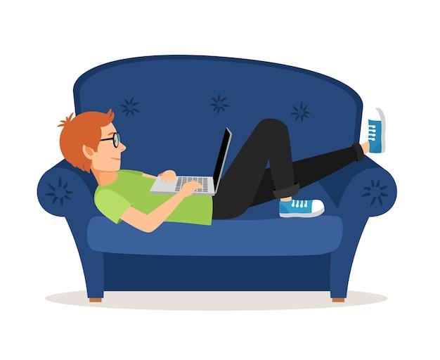Человек расслабляющий на диване и с помощью ноутбука Бесплатные векторы