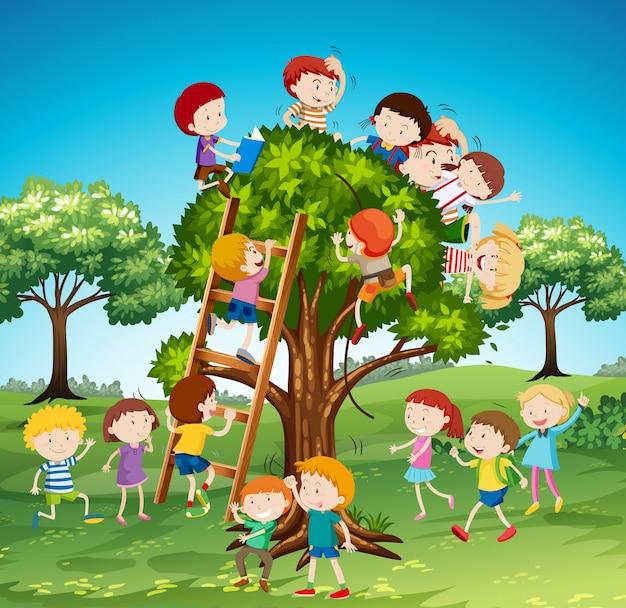 Многие дети залезают на дерево Бесплатные векторы