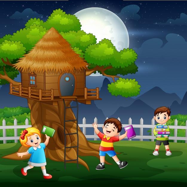 多くの子供たちが木の家で楽しんで Premiumベクター