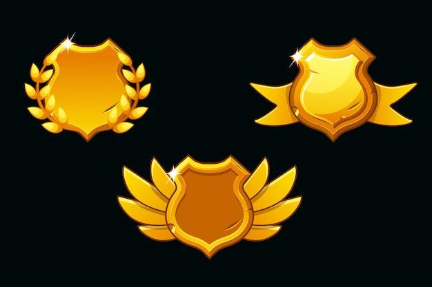 Средневековые щиты золотого цвета. пустой шаблон щит. наградной щит с крыльями, лентой и лавровым венком Premium векторы