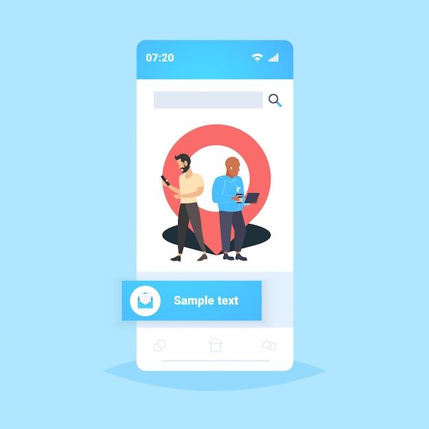 ガジェットオンラインナビゲーションアプリのジオピンタグポインターを使用している男性場所マーカーgps位置の概念に近い人スマートフォンの画面モバイルアプリケーションフルレングス Premiumベクター