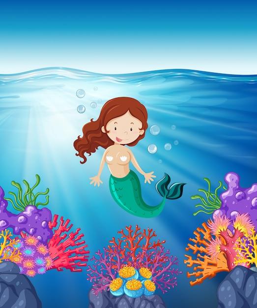 Sirena nuota nel mare Vettore gratuito
